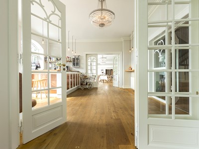 Franske døre med flere fløje i elegant design. | French doors with multiple wings in elegant design.