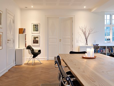 Dobbeltdør af massivt træ i klassisk design. | Double door made from solid wood in a classical design.