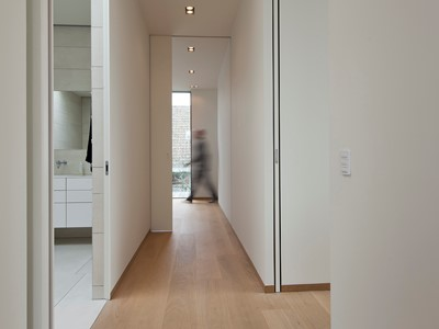 Skydedøre med Soft Close system og indfræste greb. | Sliding doors with Soft Close mechanism and integrated door handles.