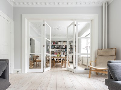 Den franske dør enten forbinder eller adskiller stuerne. | The French door either connects or seperates the living rooms.