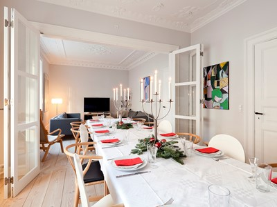 En lejlighed renoveres med funktionel fransk dør. | An apartment is renovated with a functional French door.