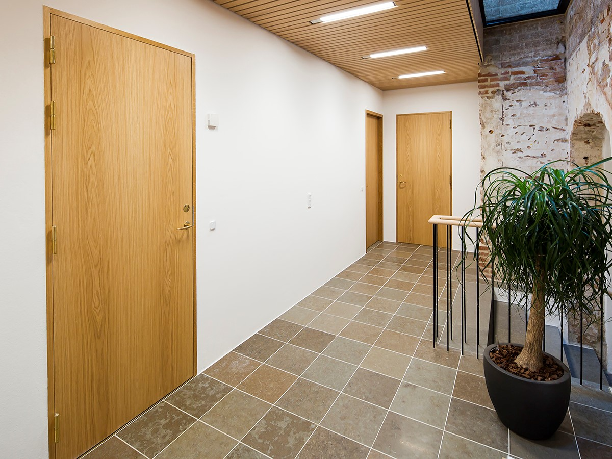 Indvendige døre af eg fungerer som brand- og lyddøre. | Internal doors made from oak acting as fire and acoustic doors.