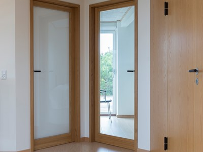 Glasdøre med ramme af massivt eg. | Glass doors with a frame made from solid oak.
