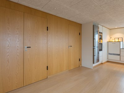 Indvendige døre af træ i et moderne design. | Internal doors made from wood in a modern design.