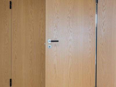 Dobbeltdør af eg er integreret i væggen. | Double door made from oak is integrated in the wall.