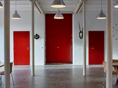 Store døre i rødt med et gammelt udtryk. | Large doors in red with an authentic look.