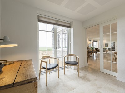 Skydedørens design matcher den udvendige glasdør. | The design of the sliding door matches the external glass door.