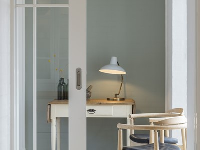 Skydedør med glas og indfræste dørgreb. | Sliding door with glass and integrated door handles.