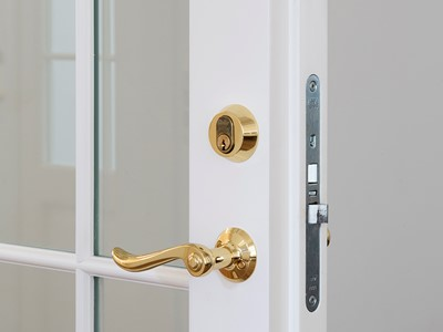 Fransk dør med dørgreb i messing. | French door with door handle made from brass.